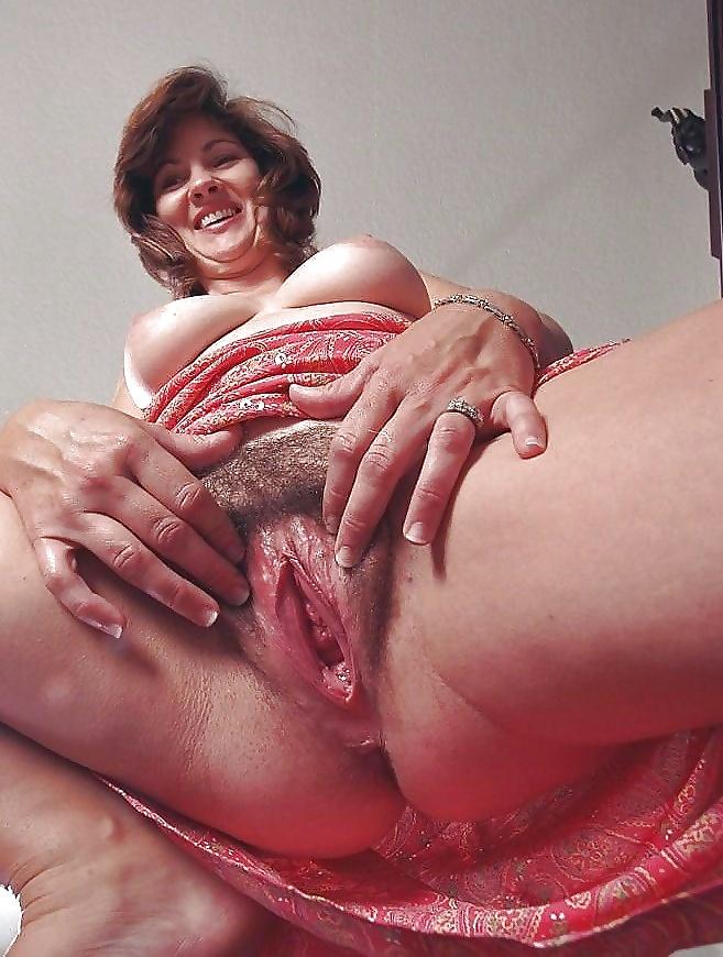 голые зрелые женщины демонстрируют свое влагалище крупным планом